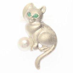 おすわり猫・エメラルドアイ・アコヤ真珠パール6.5mmのラペルピン・ブローチ・タイタック