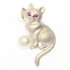 おすわり猫・ルビーアイ・アコヤ真珠パール6.5mmのラペルピン・ブローチ・タイタック