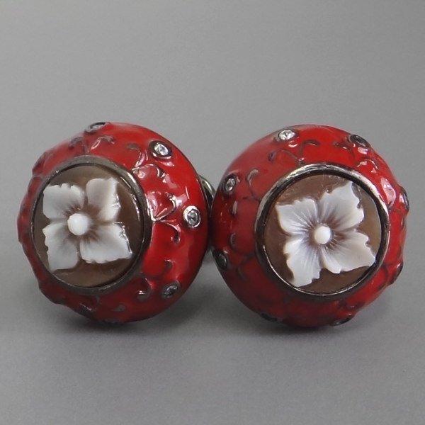 【カメオイタリアーノ】赤いエナメルの中心に花のシェルカメオが気品漂うカフス(カフリンクス)