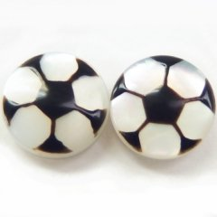 サッカー・白蝶貝のボタンダウンピアス