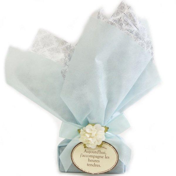 店舗にて包装・女性への贈り物にエレガンスフラワーのラッピング