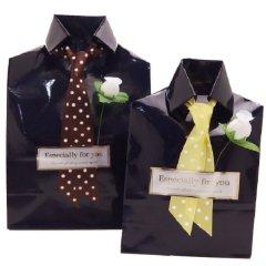 店舗にて包装・男性への贈り物にビジネスシャツのラッピング