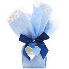 店舗にて包装・特別な人へ気持ちを伝えるブルーハートのラッピング