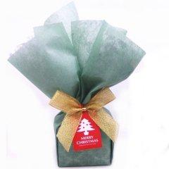 店舗にて包装・特別な方への贈り物にクリスマスのラッピング