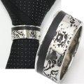 ネクタイリング・イラスト風デザイン・ワイドリングのタイリング(スカーフ留)