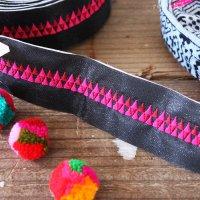 タイ・モン族の刺繍リボンテープ - 黒にピンク三角