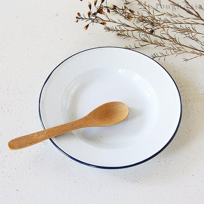 ホーローの白い食器使用例