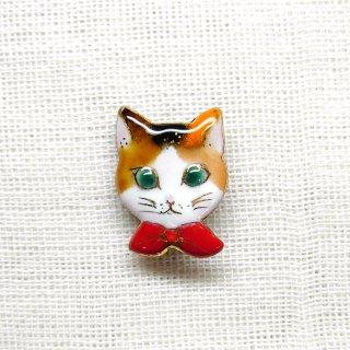 ミニブローチ ねこ2016 (赤いリボンの三毛猫)