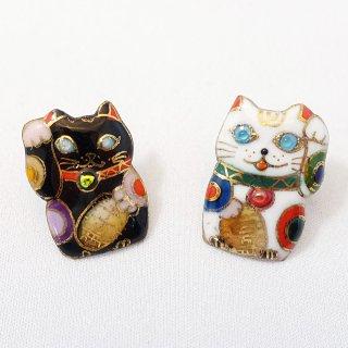 招き猫の七宝焼ピンブローチ(ピンバッジ) [白 / 黒]