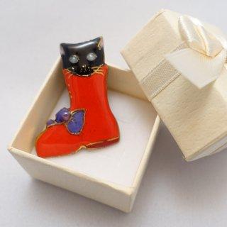 ねこの七宝焼ピンブローチ(ピンバッジ) 赤いブーツの黒猫