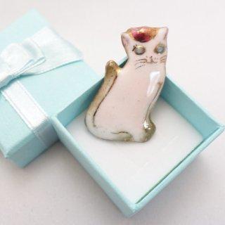 ねこの七宝焼ピンブローチ(ピンバッジ) バラのティアラの白猫