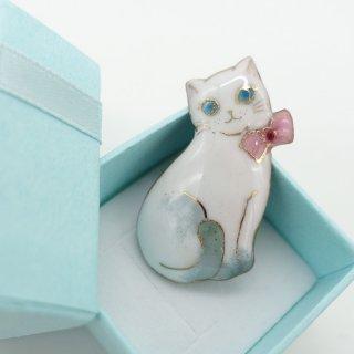 ねこの七宝焼ピンブローチ(ピンバッジ) リボンの白猫