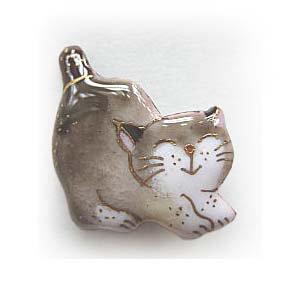ねこの七宝焼ピンブローチ(ピンバッジ)  伸びする猫