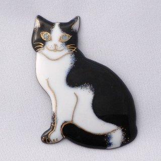 ブローチ おすわりしてるハチワレ猫