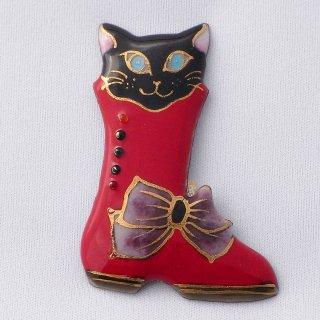 赤いブーツの黒猫の七宝焼ブローチ