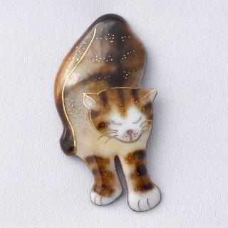 伸びする茶トラ猫の七宝焼ブローチ