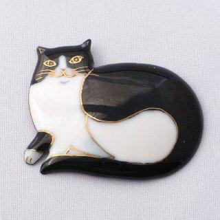 横たわるハチワレ猫の七宝焼ブローチ
