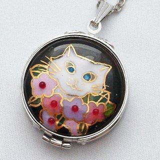 白い猫とお花の七宝焼のルーペペンダント