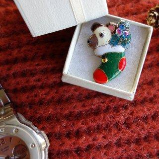 クリスマスのプレゼント靴下(テディベア)の七宝焼ピンブローチ(ピンバッジ)