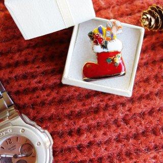 クリスマスのプレゼントブーツ(赤)の七宝焼ピンブローチ(ピンバッジ)
