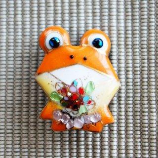 花を持ったカエルの七宝焼ブローチ
