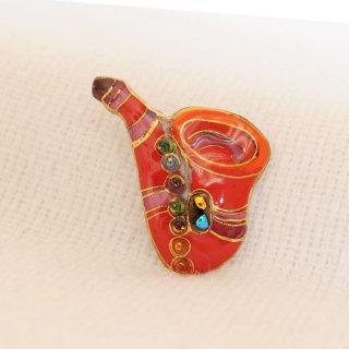 サクソフォン[赤]の七宝焼ピンブローチ(ピンバッジ)