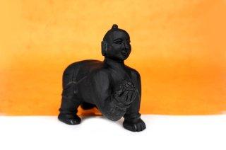 バーラ・クリシュナ神像(シャーラグラーマ、454グラム)(受注発注品)