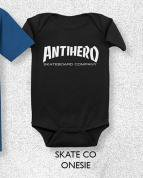 <img class='new_mark_img1' src='//img.shop-pro.jp/img/new/icons5.gif' style='border:none;display:inline;margin:0px;padding:0px;width:auto;' />ANTIHERO SKATE CO. ONESIE アンタイヒーローロンパース