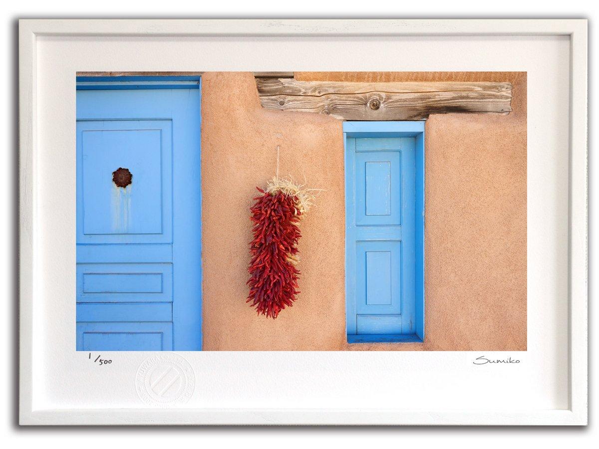 【版画 絵画】ニューメキシコのチリペッパーと青いドア(スミコ スコット)/インテリア 壁掛け 額入り アート アートパネル アートフレ…