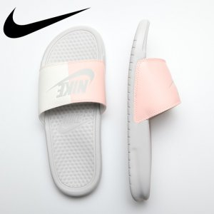 NIKE ナイキ ウィメンズベナッシ JDI 【カラー: ライトボーン/ライトボーン/セイル/クリムゾンティンゴ】 343881-005 【18SS1】 【新作】 <img class='new_mark_img2' src='https://img.shop-pro.jp/img/new/icons11.gif' style='border:none;display:inline;margin:0px;padding:0px;width:auto;' />