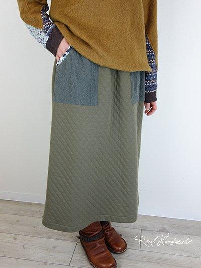 キルトニットカーキとアラン模様ニットスカート