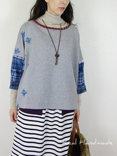 グレー刺繍と起毛パッチドロッププルオーバー