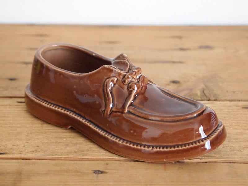 靴型の陶器製灰皿 茶色
