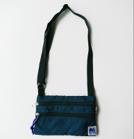 <img class='new_mark_img1' src='//img.shop-pro.jp/img/new/icons3.gif' style='border:none;display:inline;margin:0px;padding:0px;width:auto;' />MADDEN メデン/ ESSENTIAL BAG-MIDNIGHT(NAVY)<br>使い勝手抜群な軽量&サコッシュ