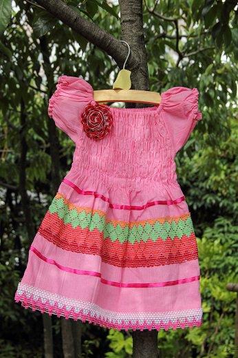 7249e87b4f1b6 キッズワンピース ピンク  とってもかわいいキッズサイズのワンピースです。 胸元のコサージュもハンドメイド。 すその部分のレースが涼しげです。