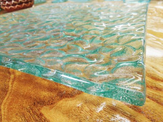 大皿 プルメリアの模様が入ったリゾート感たっぷりクリアガラスプレート【涼しげなバリガラス】