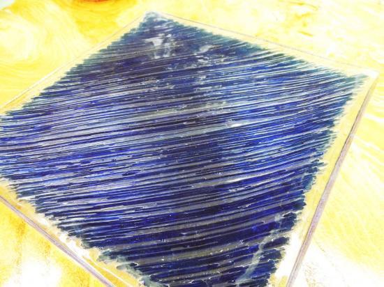 ずっしり重量感のあるデザインプレート クリアガラス( ブルー )【涼しげなバリガラス】