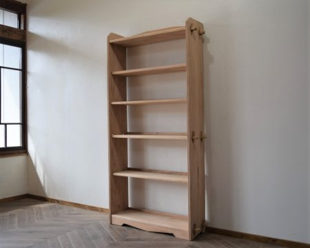 木味の大きな楔本棚
