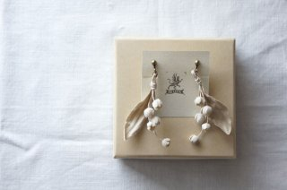 <img class='new_mark_img1' src='https://img.shop-pro.jp/img/new/icons47.gif' style='border:none;display:inline;margin:0px;padding:0px;width:auto;' />Earring or Pierce Lily of the valley ( beige )