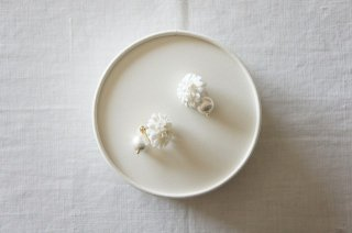 <img class='new_mark_img1' src='https://img.shop-pro.jp/img/new/icons47.gif' style='border:none;display:inline;margin:0px;padding:0px;width:auto;' />Earring or Pierce / monotone White daisy & Pearl