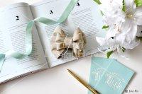【写真素材】ラブリボン、ベージュのキャメロン、ティファニーブルーリボン、ユリの花束(Mサイズ)