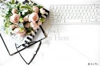 【写真素材】ジュールフィン、バラの花束、キーボード、メガネ、デスクワーク(Mサイズ)