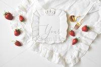 【写真素材】ジュールフィン、白い陶器、レースと苺(Sサイズ)