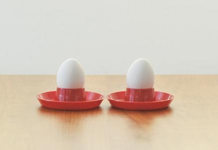 北欧で使われていた、プラスチック製のエッグスタンド(2個セット)/ビンテージ