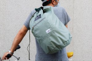 <img class='new_mark_img1' src='https://img.shop-pro.jp/img/new/icons1.gif' style='border:none;display:inline;margin:0px;padding:0px;width:auto;' />【KM4K×OMCC】PACKABLE BONSACK LIGHT GRAY