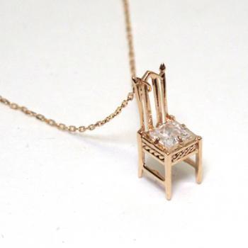 アンティークの椅子、ネックレス(キュービック)