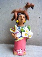 アギラールファミリー 陶人形  [ヤギを頭に乗せた女性] フォークアート