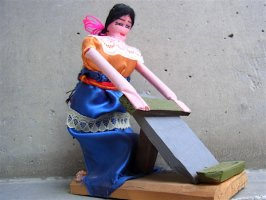 オアハカ 郷土玩具  [トウモロコシを擦るインディヘナ] 民芸品