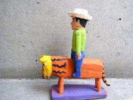 ウッドカービング 木彫り サンチアゴファミリー [フランシスコ ライオンに乗る男]