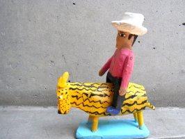 ウッドカービング 木彫り サンチアゴファミリー [フランシスコ ジャガー?に乗る青年]